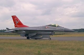 F-16AM, E-195, Esk 726 with sepcial tail markings taxiing