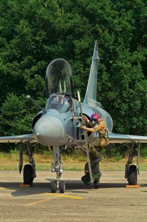 French slo display pilot climbs out of Mirage 2000C, 16 / 5-OX, EC.02.005