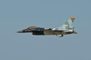 Dutch demoteam F-16, J-055, 311 sqn making a fast air show appearance