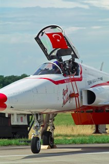 Turkish Stars pilot of the NF-5A, 55 / 71-3055 opens the cockpit to unveil the Turkish flag