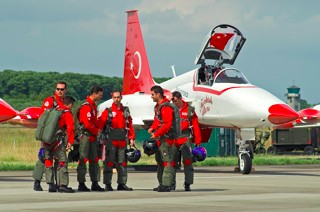 Turkish Stars pilots in front of a Northrop NF-5A Freedom Fighter II