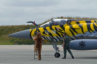 Crew chief in tiger outfit awaits Mirage 2000C, 12-YB / 99, EC.01.012 upon returning of it's mission